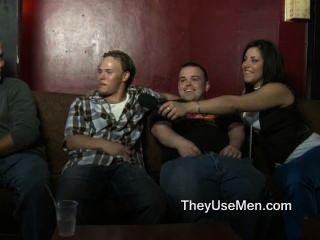 पुरुषों पर हावी करने के लिए तैयार महिलाओं की भीड़