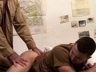 आइकन पुरुष - युद्ध के कैदी - दृश्य 1