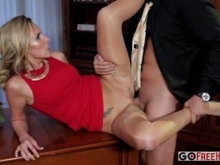 एक लाल रंग की पोशाक में जेनी सिमंस सेक्सी गोरा जेनी एक कंपनी भाग में गड़बड़ हो जाता है