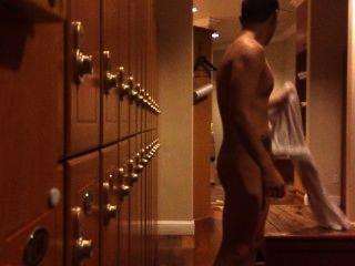 लॉकर रूम: नग्न आदमी अपने मुर्गा tugging पकड़ा