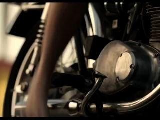 नंगे पैर एक बाइक शुरू