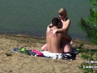boltenhagen से समुद्र तट पर बकवास पर जर्मन युवा जोड़े दृश्यरतिक