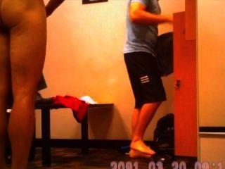 लॉकर कमरे में गर्म लड़कों में छिपे हुए कैमरे