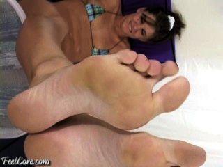 अपने चेहरे में बड़ा पैर