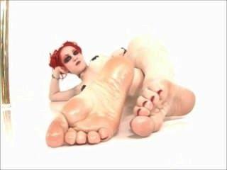 लाल बालों वाली वहशी तेल से सना हुआ पैर