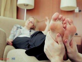 गर्म पैर की मालिश की जा रही