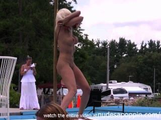 कामुक लड़कियों नग्न हो रही है और जनता में अलग करना