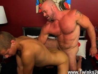 समलैंगिक सेक्स ब्लेड उसके twink सॉसेज और तंग स्लॉट साझा करने के लिए खुशी की तुलना में अधिक है