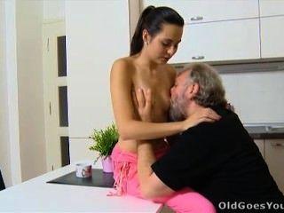पुराने युवा चला जाता है - Lora और उसके आदमी के रसोई घर में हैं