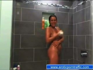 शॉवर में कपड़े के बिना मारिया