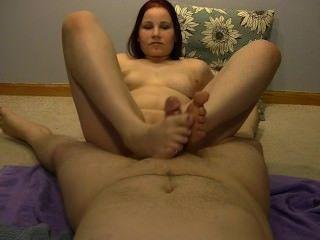 सेक्सी Anabelle एक गर्म footjob दे रही है !!