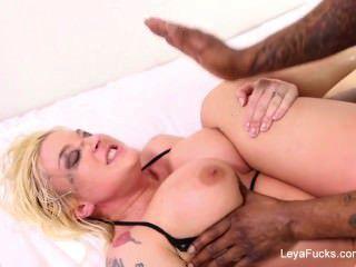 Leya फाल्कन एक बड़ा काला मुर्गा द्वारा गड़बड़ गधे हो जाता है