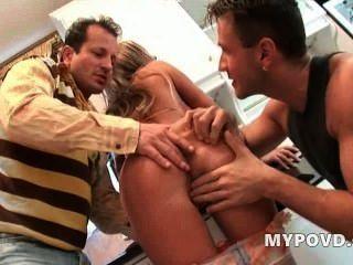 HD Slutty गृहिणी दो घर कार्यकर्ताओं seduces
