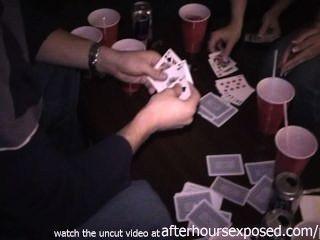 होटल में स्ट्रिप पोकर खेल असली लड़कियों