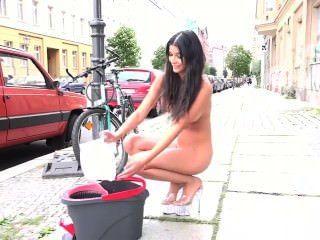 सड़कों में माइकेला रों नग्न