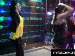 सेक्सी bitches एक क्लब में erotically नाच
