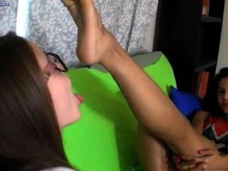 दो समलैंगिकों पैर चाट