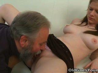 पुराने युवा चला जाता है - मारिया एक पुराने आदमी उसे बकवास देता है