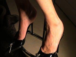 सेक्सी जूतों में परिपक्व तलवों