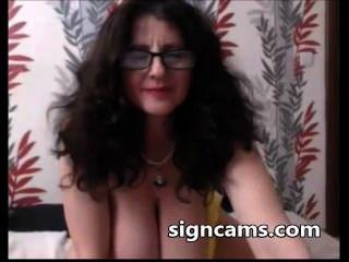 कैम पर भारी स्तन के साथ श्यामला शौकिया दादी