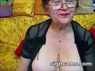 उसे सेक्सी शरीर के साथ सुंदर शौकिया दादी प्रयोगों