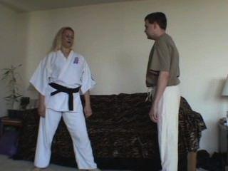 कराटे लड़की गेंद हमलों को दर्शाता है