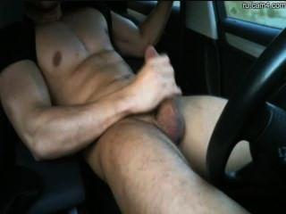 पुष्ट स्टड एक कार में बंद मरोड़ते