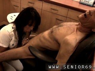चिकित्सक पेट्रा Cees की स्वास्थ्य समस्या का परीक्षण है।
