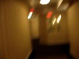 होटल दालान में नग्न और लगभग पकड़ा