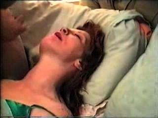 मेरी प्रेमिका एक वास्तविक लावा है और उसे शरारती योनी में पुरुषों का भार पड़ा