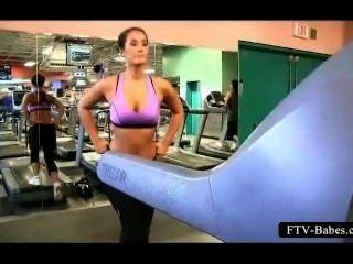 श्यामला स्पोर्टी बेब सार्वजनिक में उसके बड़े स्तन काम करता है