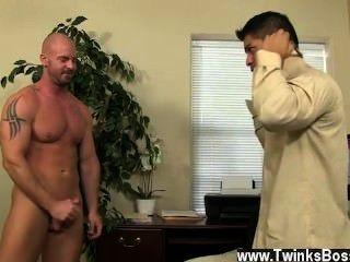समलैंगिक Twinks pervy प्रबंधक मिच Vaughn अंततः पर्याप्त लाभ उठाने खोदता