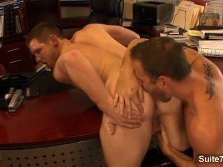 कार्यालय में Lusty समलैंगिकों चाटना और कूबड़ गधे