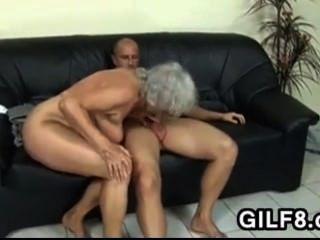 सुनहरे बालों वाली दादी पिछवाड़े में ले जाता