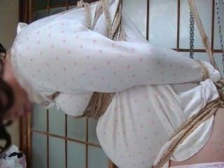 Jyosoukofujiko पजामा पहने रस्सी से बंधा हुआ था