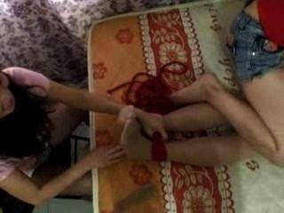 एशियाई लड़कियों को गुदगुदी
