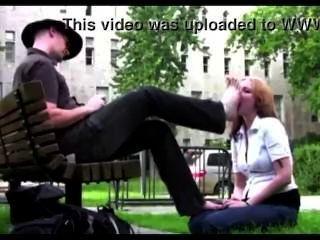 सार्वजनिक पार्क में गुलाम लड़की उसके मालिक पैर की पूजा