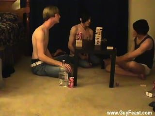 नग्न पुरुषों को ट्रेस और विलियम उनके ताजा परिचित के साथ एक साथ मिलता है