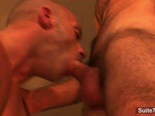 आकर्षक लंबे बालों वाली समलैंगिक एक गंजे आदमी के लिए blowjob देता है