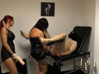 महिला Xenia और दोस्त के साथ एक विशाल पट्टा पर गुलाम सज़ा