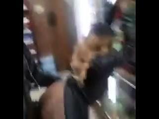 पुरुष वीडियो उसे एक दुकान में स्वयं कमबख्त