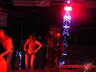 लूटने डीजल और viciosillos.com द्वारा मंच पर सार्वजनिक कामुक शो से लड़की