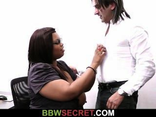 वह आबनूस सचिव के साथ धोखा देती है और पर्दाफाश हो जाता है