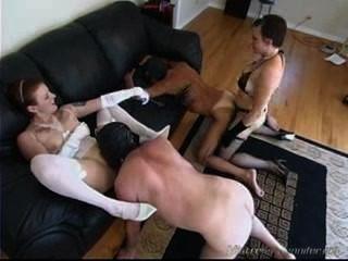 दो महिलाओं का दबदबा कुतिया गृहिणियों उनके गुलाम का उपयोग