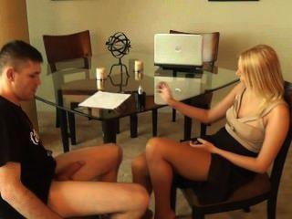 रियल एस्टेट एजेंट वैनेसा केज जवानों टेबल के नीचे Footjob साथ सौदा