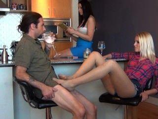 bratty बेटी टेबल के नीचे Footjob साथ पिता सगाई खंडहर