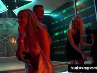 गर्म लड़कियों के एक क्लब में erotically नाच
