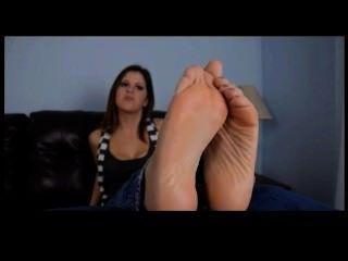 सुंदर feets पीओवी चिढ़ाने के साथ सेक्सी लड़की