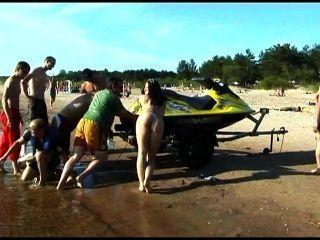 इस किशोर न्यडिस्ट एक सार्वजनिक समुद्र तट पर नंगे स्ट्रिप्स