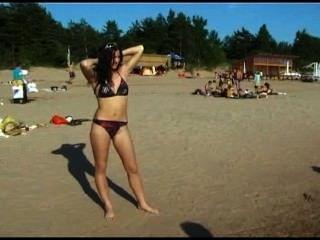 किशोर nudists अपने कपड़े उतार और नग्न खेलने